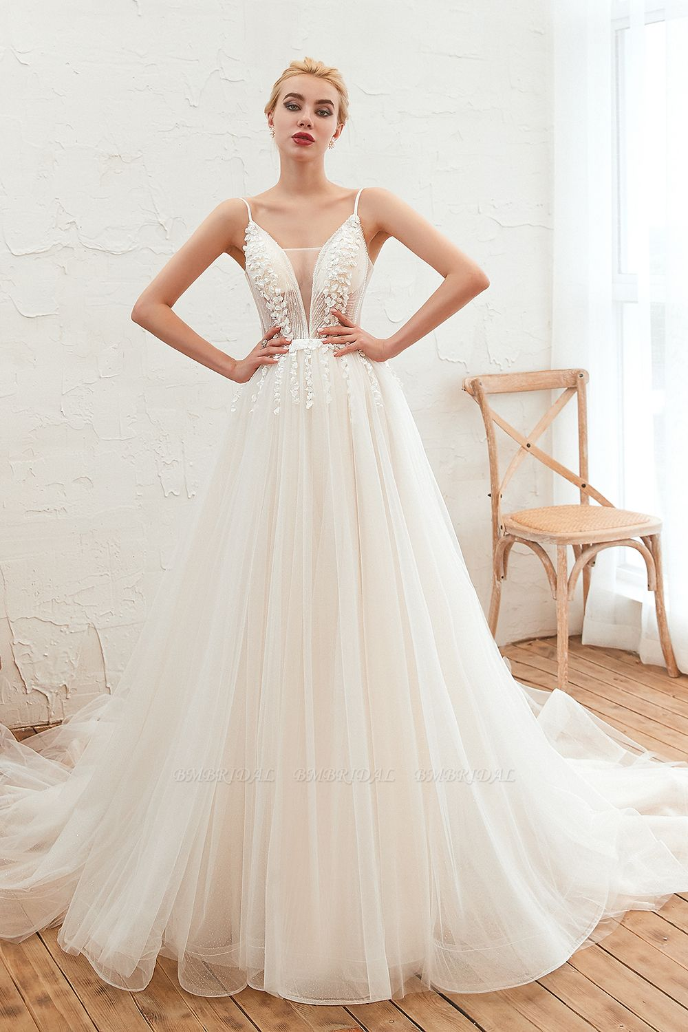 Chic Spaghetti Straps V-Neck Ivory Tulle Wedding Dresses with Appliques